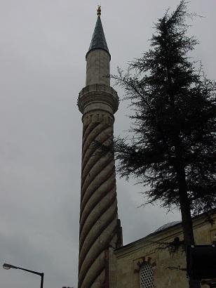 Üç şerefeli Cami'nin burmalı minaresi