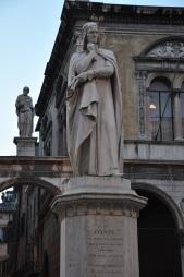 Verona, Dante Alighirei heykeli