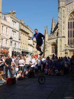 Bath katedrali önünde gösteri