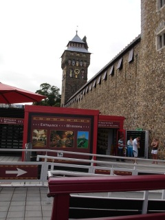 Cardiff Kalesi saat kulesi