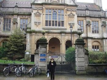 Oxford Üniversitesi önünde