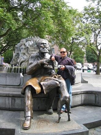 Belediye Başkanı Charles Buls ve köpeğinin heykeli