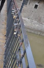 Aşıkların köprü korkuluğuna taktığı asma kilitler