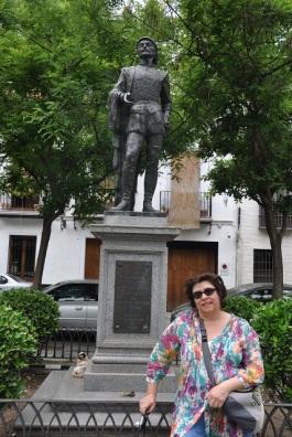 Don Juan Heykeli önünde