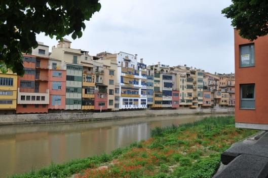 Girona' nın pastel boyalı evleri