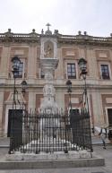Saray avlusunda meryem ana heykeli