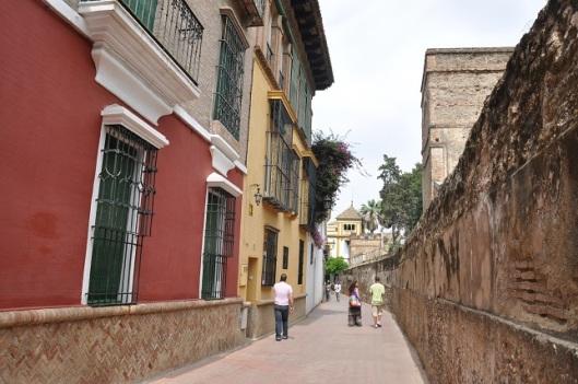 Saray duvarları ve dar sokaklar