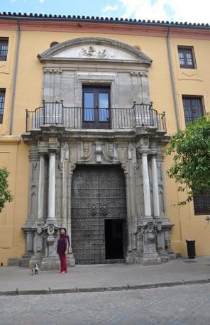 Anıt gibi kapı...