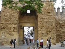 Roma köprüsünün diğer ucunda Calahorra kulesi