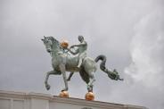 Turizm ofisi binası üzerindeki heykel
