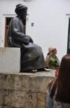 Yahudi filozof ve astronom Maimonides heykeli