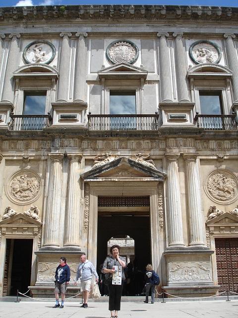 5.Carlos' un sarayının kapısında