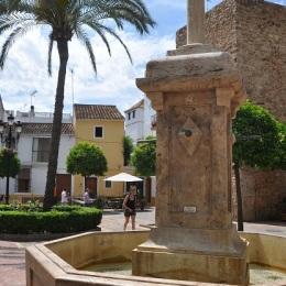 Kilise meydanında havuz