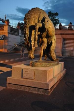Avrupa meydanında at heykeli