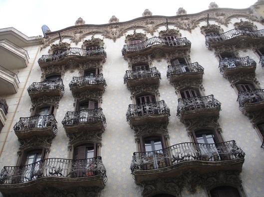 Gaudi tarzı modern mimari cephe