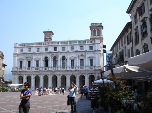 Angelo Mai kütüphanesi ve Contarini çeşmesi