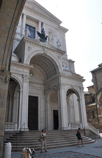 Bergamo katedrali önünde