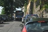 Bir otobüs ile bir otomobil yanyana geçemez