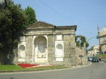 Eski şehire çıkan yolda bir tarihi yapıt