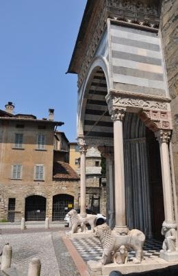 Katedralin aslanlı kapısı