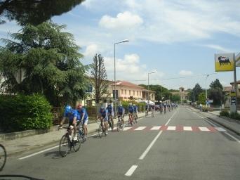 Yarışı izlemeye giden bisikletliler