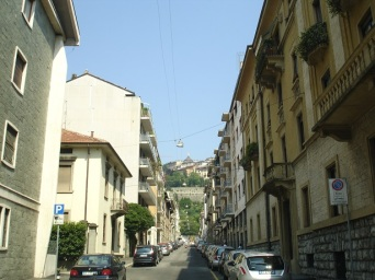 Yukarı şehirin aşağıdan görüntüsü