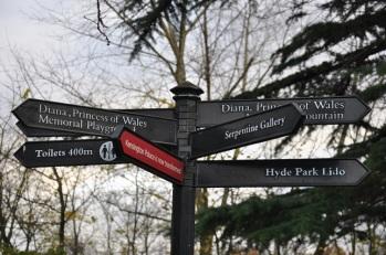 Hyde Park'ta yön levhaları