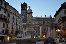 Piazza Erbe ve Madonna heykeli