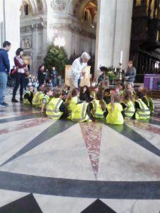 St.Paul's Katedralinde öğrenciler