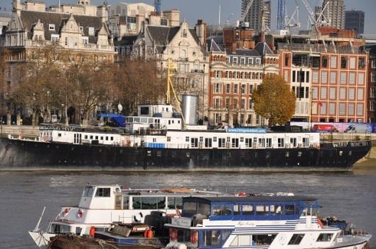 Thames üzerinde eski tekneler