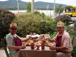 Kral ve Kraliçe yemekte