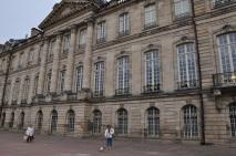 Müze binası önünde