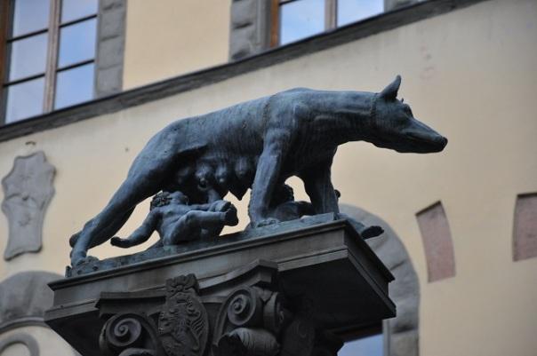 Romulus ve Remus' u besleyen kurt