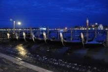 San Giorgio Maggiore adası ve gondollar
