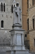 Siena kütüphanesinin kurucusu Bandini'nin heykeli
