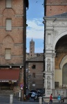 Uzakta, Santa Maria Katedrali kulesi
