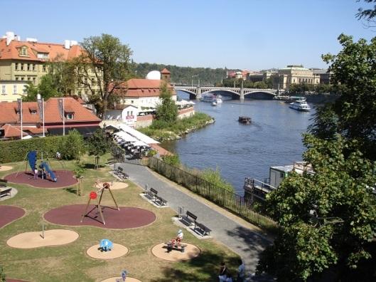 Charles Köprüsünden Vltava nehri