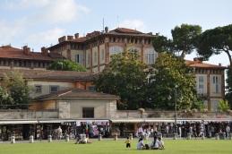 Meydanı çevreleyen tarihi yapılar