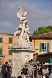 Mucizeler Meydanında bir anıt