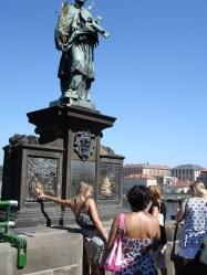 St. John Nepomuk heykeli,Charles Bridge