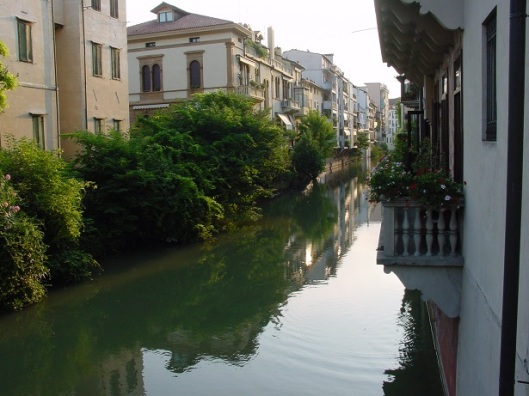 Bacchiglione nehri kolu üzerinde evler
