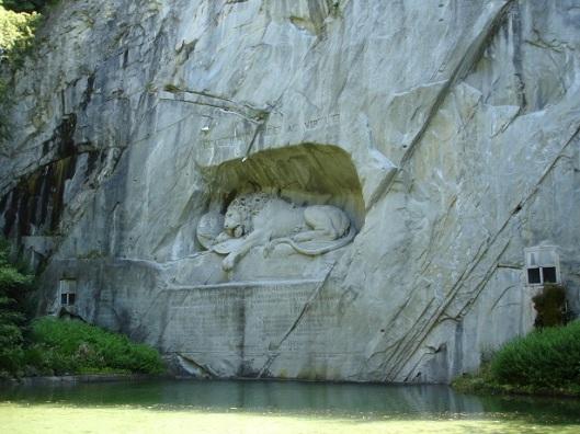Ölen Aslan heykeli