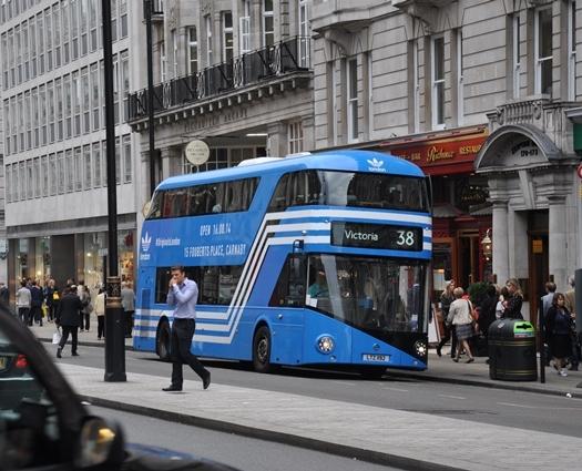 Yeni rengiyle yeni Londra otobüsü