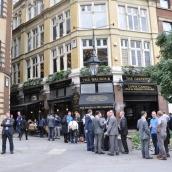 Bira düşkünü İngilizler öğle tatilinde barda...