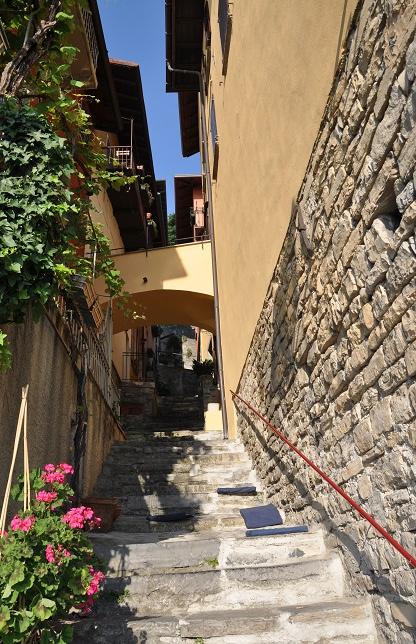 Kasabanın yamaçlarını tırmanan merdivenler