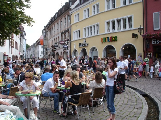 Şehir merkezinde dinlenen turistler