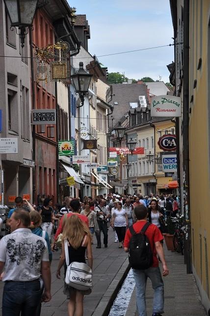 Freiburg' un her zaman dolu ve canlı caddeleri