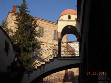 Kilisenin yandan girişi