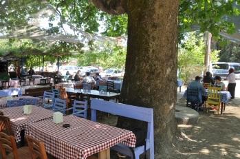Adatepe köy meydanında çay bahçesi