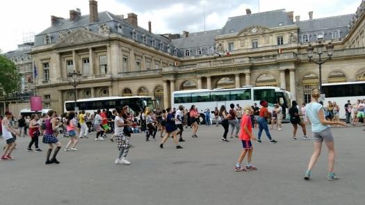Tur öncesi dans gösterisi